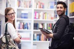 Groupe d'étudiants dans la bibliothèque d'école Photo libre de droits