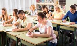 Groupe d'étudiants dans la salle de classe Photo stock