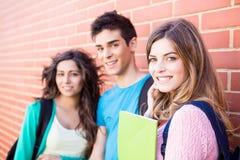 Groupe d'étudiants dans le campus Photo stock