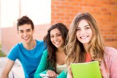 Groupe d'étudiants dans le campus Photos libres de droits