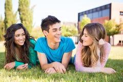 Groupe d'étudiants dans le campus Photo libre de droits