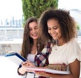 Groupe d'étudiants dans le campus Image stock