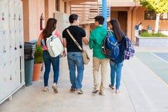 Groupe d'étudiants dans un couloir Image libre de droits