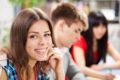 Groupe d'étudiants dans une salle de classe Images stock