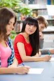 Groupe d'étudiants dans une salle de classe Images libres de droits
