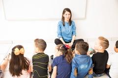Groupe d'étudiants dans une salle de classe préscolaire image stock