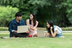 Groupe d'étudiants de l'adolescence heureux de lycée Images libres de droits