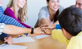 Groupe d'étudiants de lycée avec la main sur le dessus Photos libres de droits