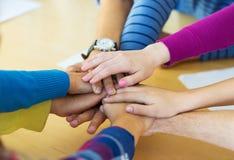Groupe d'étudiants de lycée avec la main sur le dessus Photographie stock