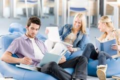 Groupe d'étudiants de lycée avec se reposer de livres Image stock