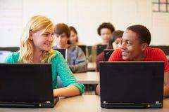 Groupe d'étudiants de lycée dans la classe utilisant des ordinateurs portables Photo libre de droits