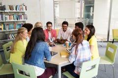 Groupe d'étudiants de lycée s'asseyant à la table Images libres de droits
