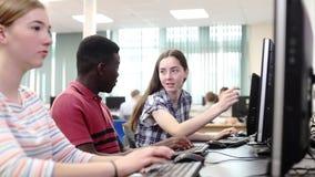 Groupe d'étudiants de lycée travaillant ensemble dans la classe d'ordinateur banque de vidéos