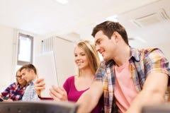 Groupe d'étudiants de sourire avec le PC de comprimé Photo libre de droits