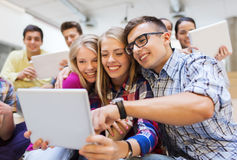 Groupe d'étudiants de sourire avec le PC de comprimé Image stock