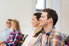 Groupe d'étudiants de sourire dans la salle de conférences Photographie stock libre de droits