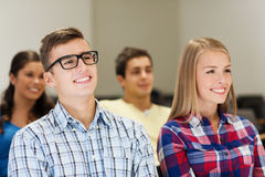 Groupe d'étudiants de sourire dans la salle de conférences Photo libre de droits