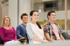 Groupe d'étudiants de sourire dans la salle de conférences Photographie stock
