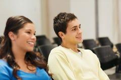 Groupe d'étudiants de sourire dans la salle de conférences Images stock