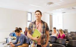 Groupe d'étudiants de sourire dans la salle de conférences Images libres de droits
