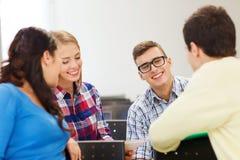 Groupe d'étudiants de sourire dans la salle de conférences Photo stock