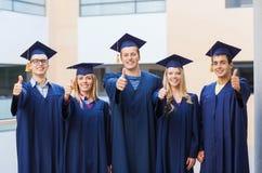 Groupe d'étudiants de sourire dans les taloches Images stock