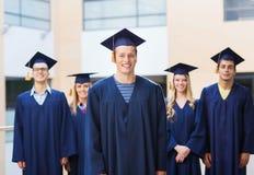 Groupe d'étudiants de sourire dans les taloches Image libre de droits