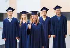 Groupe d'étudiants de sourire dans les taloches Photos libres de droits