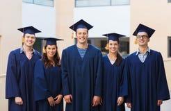 Groupe d'étudiants de sourire dans les taloches Photo libre de droits