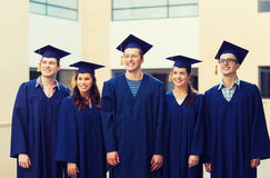 Groupe d'étudiants de sourire dans les taloches Photos stock