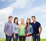 Groupe d'étudiants de sourire debout Photographie stock