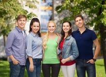 Groupe d'étudiants de sourire debout Photo stock