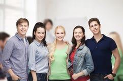 Groupe d'étudiants de sourire debout Photographie stock libre de droits