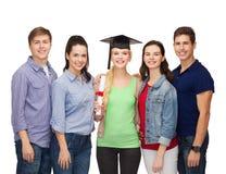 Groupe d'étudiants de sourire debout avec le diplôme Images stock