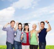 Groupe d'étudiants de sourire debout avec le diplôme Photos libres de droits