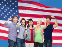 Groupe d'étudiants de sourire debout avec le diplôme Photographie stock libre de droits