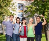 Groupe d'étudiants de sourire debout avec le diplôme Image stock
