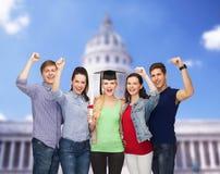 Groupe d'étudiants de sourire debout avec le diplôme Photo libre de droits