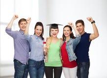Groupe d'étudiants de sourire debout avec le diplôme Images libres de droits