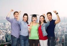 Groupe d'étudiants de sourire debout avec le diplôme Image libre de droits