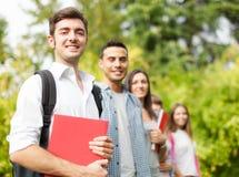 Groupe d'étudiants de sourire extérieurs Images libres de droits
