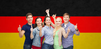 Groupe d'étudiants de sourire montrant des pouces Photos libres de droits