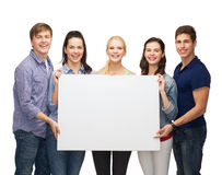 Groupe d'étudiants debout avec le conseil blanc vide Images libres de droits