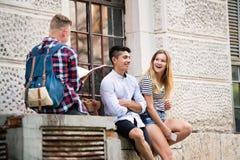 Groupe d'étudiants devant l'université étudiant, ayant l'amusement Photographie stock