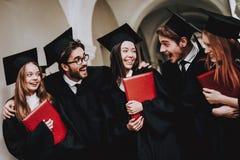 Groupe d'étudiants diplôme manteaux rester images libres de droits