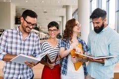 Groupe d'étudiants discutant à la bibliothèque universitaire Image libre de droits