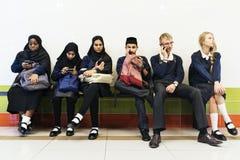 Groupe d'étudiants divers à l'aide des téléphones portables Image stock
