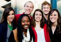 Groupe d'étudiants divers à l'extérieur Photos libres de droits
