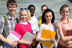 Groupe d'étudiants divers à l'extérieur Images libres de droits