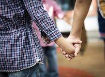 Groupe d'étudiants divers de jardin d'enfants se tenant tenants des mains sur Photo stock